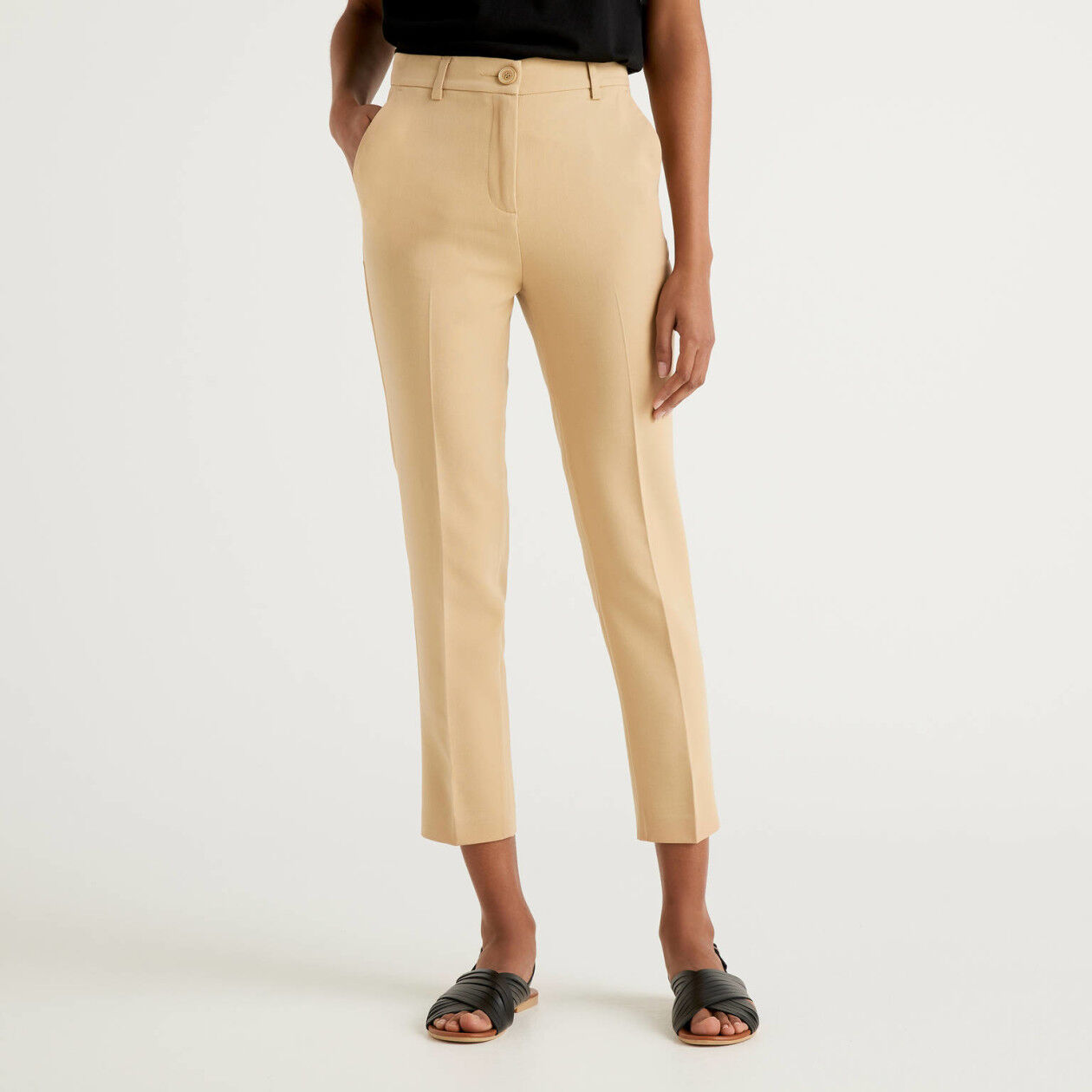 Basic trousers with centered crease