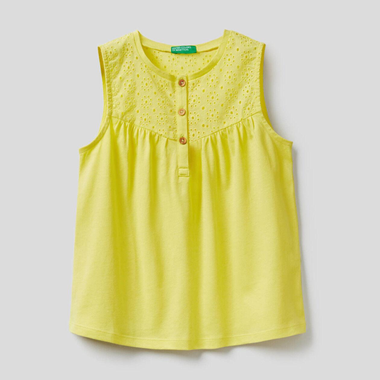 Sleeveless blouse in 100% cotton