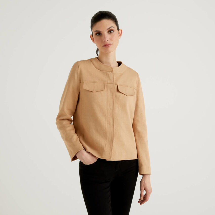 Jacket with pleat on the back